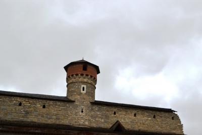Облаштовано покрівлю стіни між баштами у фортеці